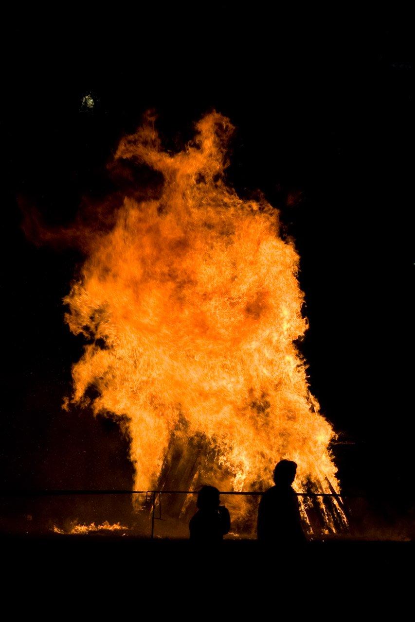 Feuerfiguren eines Martinsfeuers